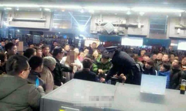郑州机场因航班延误被打砸现场
