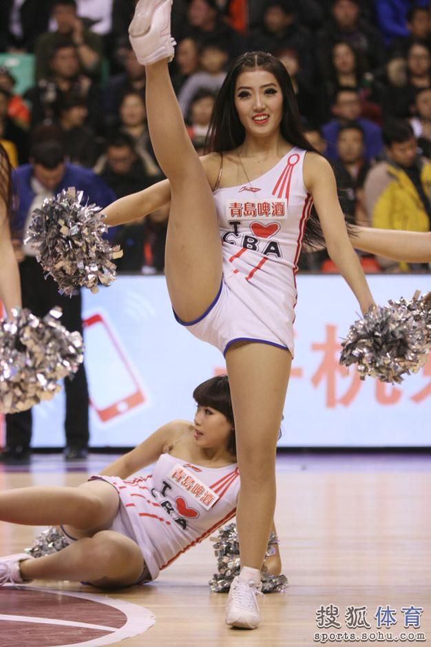 组图:辽宁篮球宝贝精彩表演 性感美女火辣热舞