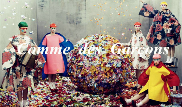 Comme des Garcons始创于1973年,以独特和创意为公司根本。Comme des Garcons一直是推动时尚前沿的中坚力量,永不满足于现状。创始人川久保玲创立于1973年。提起日本的服装设计师,另类设计师川久保玲那就一定不能错过了。1942年出生于东京的川久保玲,天秤座,毕业于庆应大学艺术系,1973年成立自己的品牌 COMME des GARCONS,法文意思是像个男孩。品牌风格:怪诞另类中玩时代风,颇荒诞的轮廓主义。1975年东京的在首次女装发表会。1978年再推出男装 HOMME。1