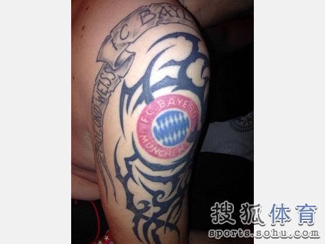 拜仁球迷秀纹身:美脚刺精神标语 狗舔队徽(图)图片