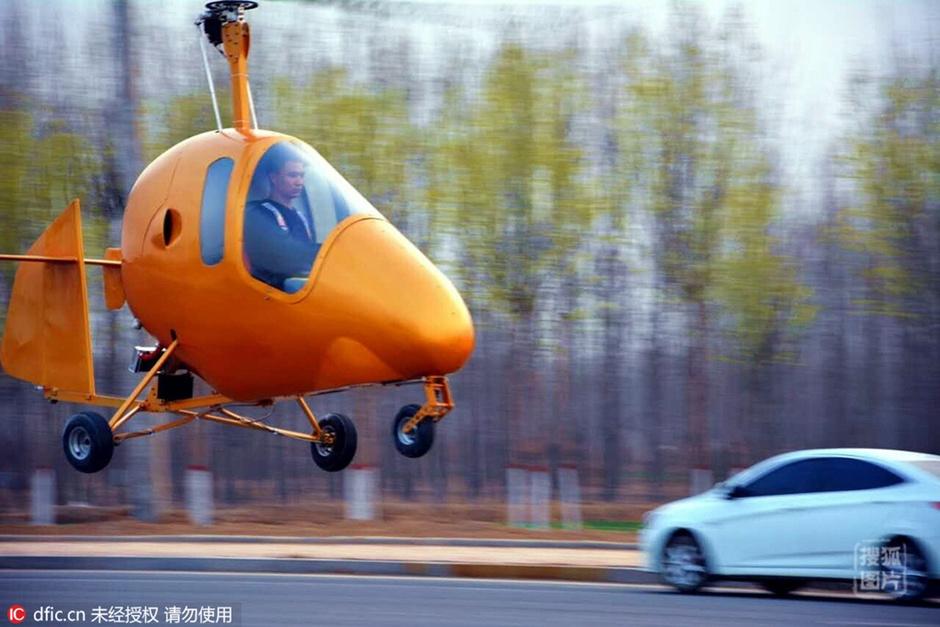 一架黄色的单人旋翼机在马达的轰鸣声中顺利升空。31岁的解保刚是河北景县庙镇八里屯村一名普通的农村小伙子,他从小就梦想着有一天能飞上蓝天。解保刚参照国内外飞机制造技术和原理,自己搞设计、绘图纸、做零件。除了飞机发动机是从奥地利进口外,其余零部件大都是他自己切割、焊接、加工制作成型。