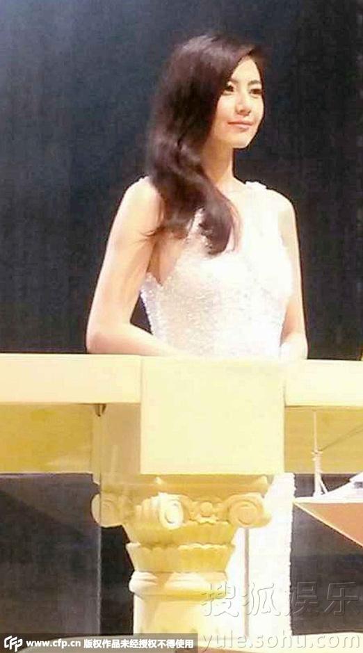 高圆圆白裙美艳亮相 被问生子话题羞涩不答