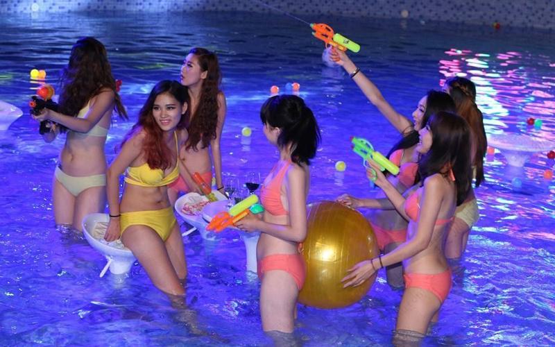 """24日,2014世界华裔小姐大赛启动仪式在亚州最大的药用植物园-广西药用植物园举行,晚上在花园泳池举办的私密百人比基尼泳装派对美女名模云集,春光大泄,规模超""""海天盛宴""""。当晚香艳奢糜的表演吸引众多商家名流参与,但谢绝媒体采访。"""