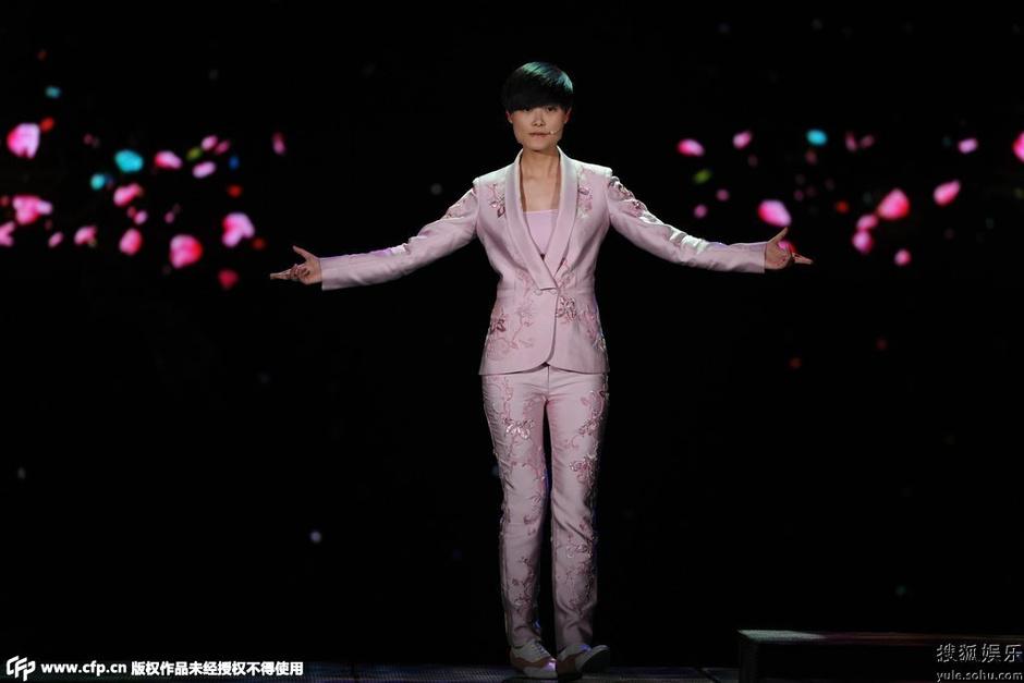 2015央视春晚:李宇春粉套装献唱 舞蹈身姿优雅图片