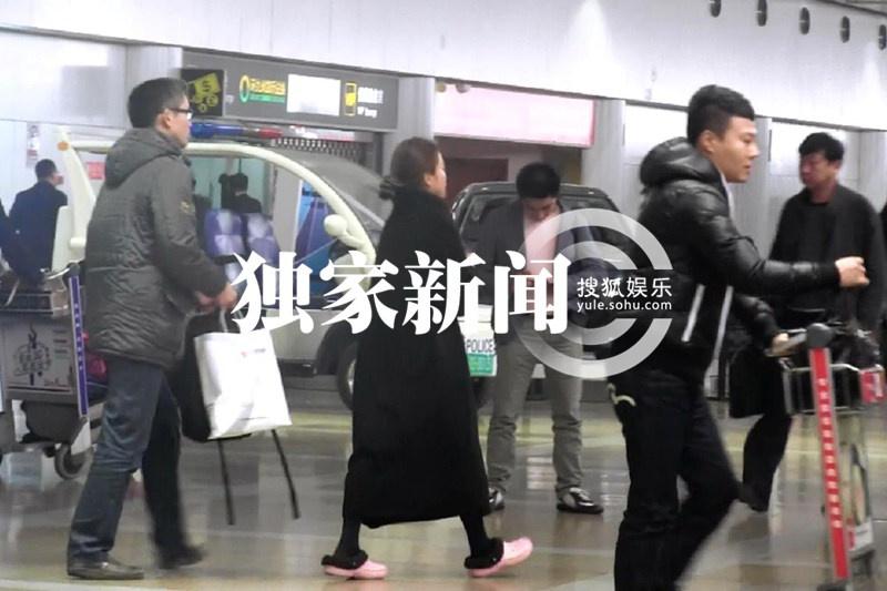 独家:朱迅素颜回京 脚踩拖鞋现身机场