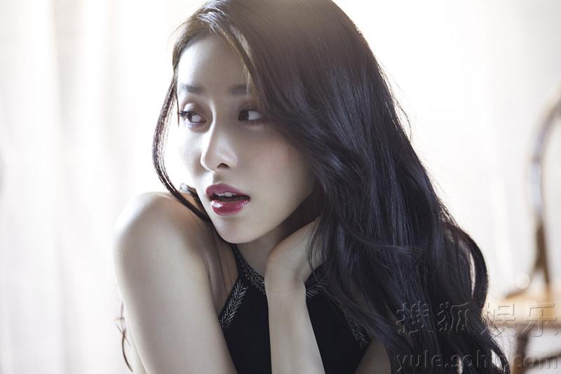 贾青最新魅力写真大片 散发气质优雅女人味