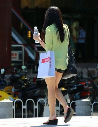 夏日漂亮姑娘争相比拼大白腿