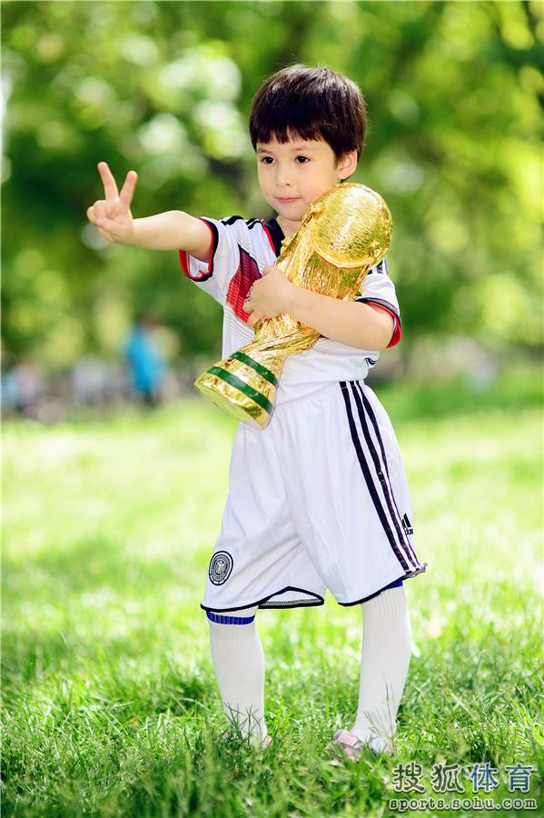 高清:爸爸看球去了之萌翻世界杯 可爱宝贝耍宝