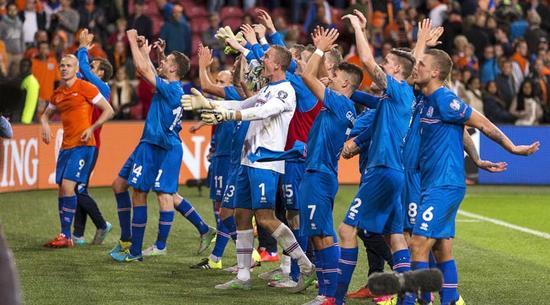 这将是冰岛历史上第一次参加大赛,但并不意味着他们就是鱼腩部队,近年来明显呈现上升势头,2014年世界杯预赛上,冰岛就获得附加赛资格,遗憾的是,他们最终不敌克罗地亚无缘第一次亮相欧洲杯。本届欧预赛上,冰岛表现出色,一度领跑小组积分榜,两回合双杀荷兰令人瞠目结舌,最终以10战6胜2平2负积20份列小组第二获得出线权。尽管阵容星味不足,最大牌莫过于斯旺西核心西古德森,或许是前巴塞罗那球星、目前在中国踢球的古德约翰森,但与威尔士和波兰不同的是,他们更多依靠的是整体,而非个人。值得一提的是,除了古德约翰逊,中国球迷