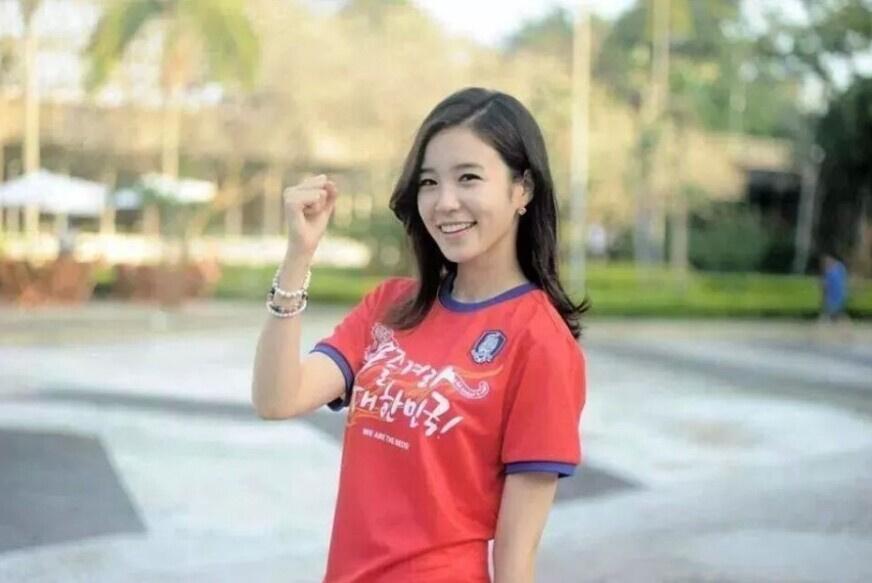 世界杯爆红女主播湿身挑战! 刘语熙不够看图