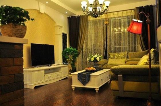 与黄绿色质感沙发,红色复古造型的落地灯撞色的处理非常抢眼,而也意外