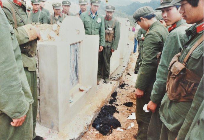 对越作战中,解放军战士送别烈士雷楚新(组图)