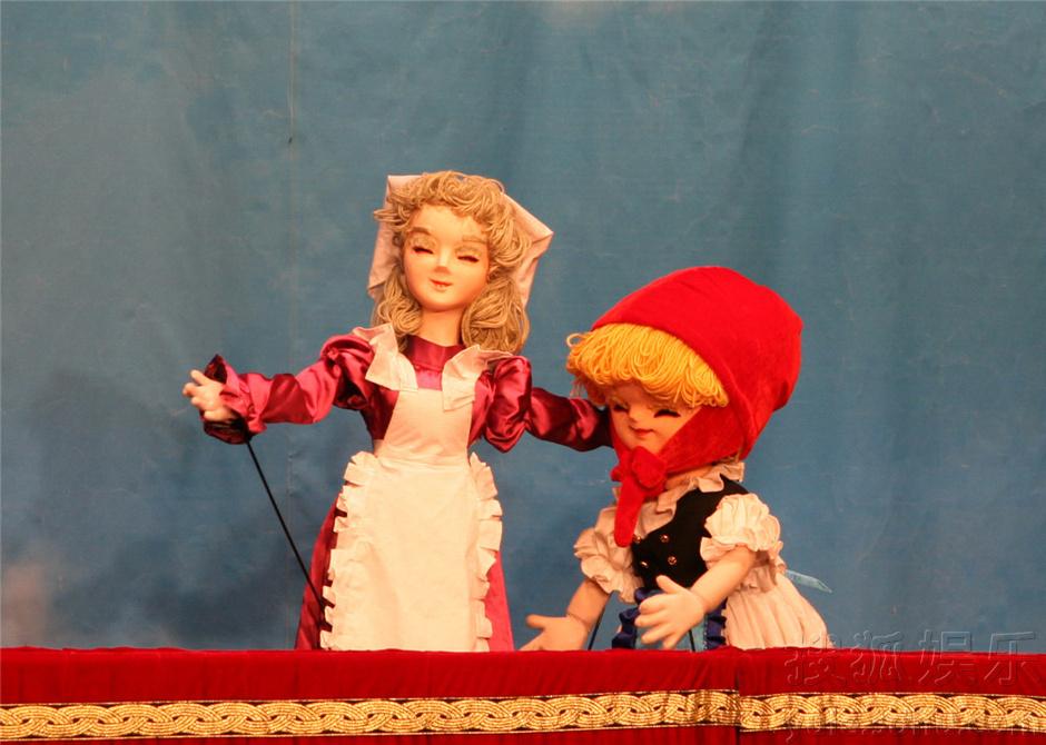 小红帽是一个戴着红帽子的小姑娘。一天她拿着妈妈做的甜酒蛋糕去看望生病的外婆。可是外婆被大灰狼吞到肚子里去了。这是大灰狼正装作外婆的样子躺在床上,等着小红帽的到来。小红帽发现这是个假外婆了吗?她有危险吗?外婆得救了吗?演出时间:周六日
