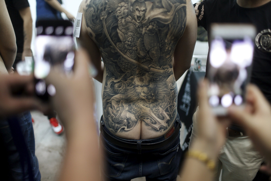 纹身中最受欢迎的就是花臂纹身,个性,摇滚,性感!