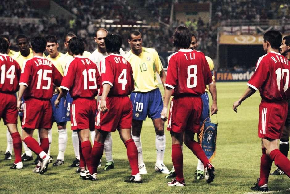 2002年十强赛出线进入世界杯,曾被认为是对所有中国足球人的最大回报,也应当是中国足球发展的机遇和起点。然而事实却是这次成功,为中国队的前行埋下了隐患,冲出去以后,国人对这支国足的期望值陡然升高了。在万众球迷的期待中,中国男足最终以三战皆负、进0球失9球的战绩结束了世界杯首秀。这样的惨痛失利,让曾经对神奇教练米卢的溢美之词,全都变成了失望、质疑甚至谩骂。傅亚雨回忆道,当时如果要期待中国队爆冷,确实也不现实。但当时我们所有人的感觉都是心有不甘,因为中国队一球未进,一分未拿。其实从另一个层面讲,韩国队是亚