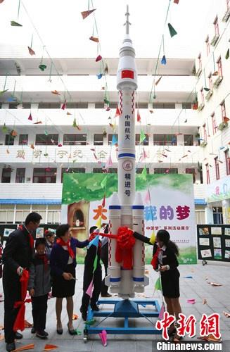 南京小学生制作火箭模型