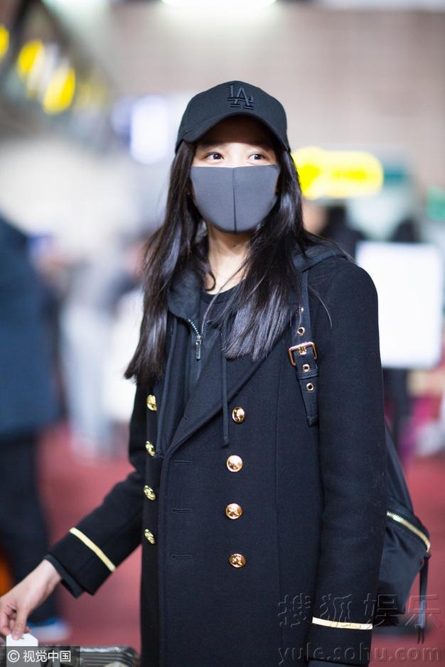 """上海,13日,""""国民闺女""""关晓彤素颜戴口罩现身机场."""