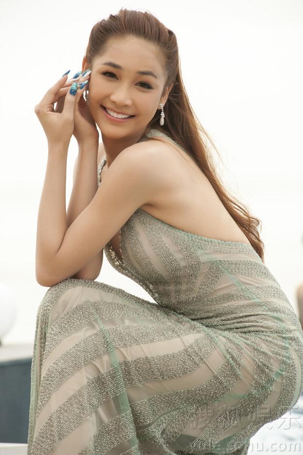 人妖紧身衣束缚做爱_搜狐娱乐讯 近日,泰国最美人妖皇后rose曝光一组美人鱼写真,一袭紧身