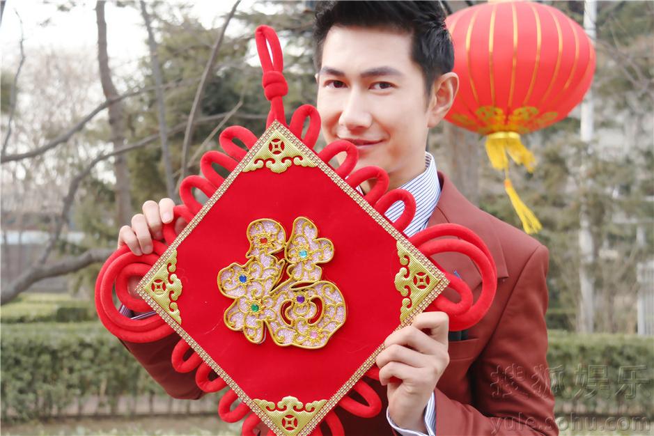 何明翰李幼斌师徒拍写真 手举福字春节大拜年