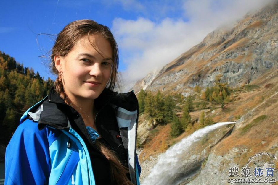 叶卡捷琳娜(Ekaterina STOLYAROVA),俄罗斯选手,1988年4月25日出生,自由式滑雪选手。曾获得2010年温哥华冬奥会女子自由滑雪上技巧项目第七名。本届冬奥会,叶卡捷琳娜发挥失常,以资格赛第二组排名第一晋级的她,在女子雪上技巧决赛中意外摔倒仅排在第19名。