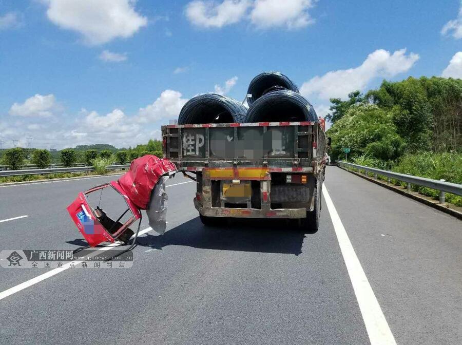 吴桂莹)8月6日,在g75线兰海高速2031km 80m北海往南宁方向,一辆轿车与