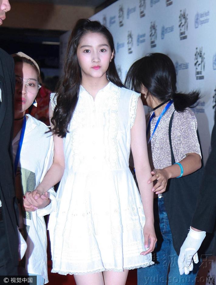 穿白裙娇小清纯 美腿实力抢镜 关晓彤将额前的刘海束起,妆发清纯可爱.