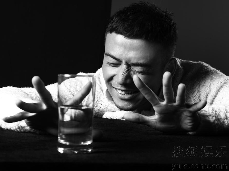 杨烁曝最新黑白写真 醇厚成熟男人展温暖笑容