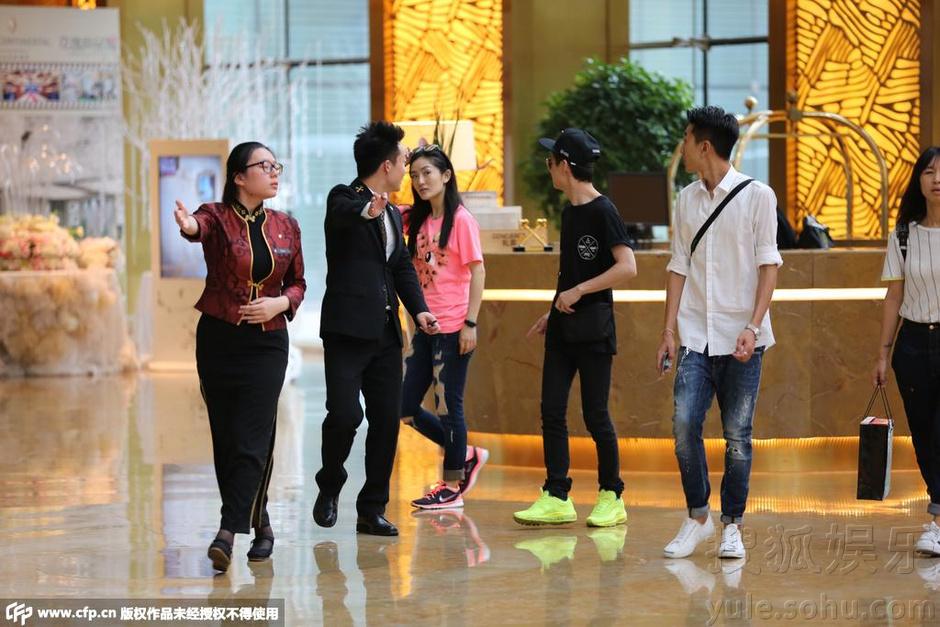 谢娜与何炅逛街返酒店 一路嗨聊助理出面挡镜头