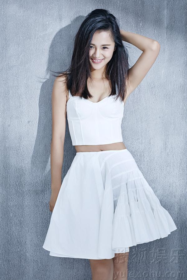 白色公主裙装配搭纯色背景,安悦溪更显娇俏可爱.