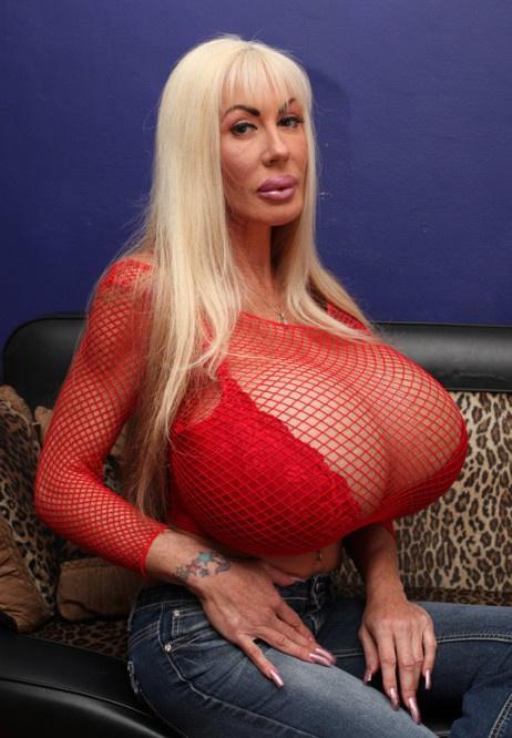 好莱坞女星巨大乳房似篮球