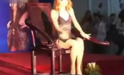 【转载】 性文化节模特真人火辣示范清朝性爱椅动作撩人