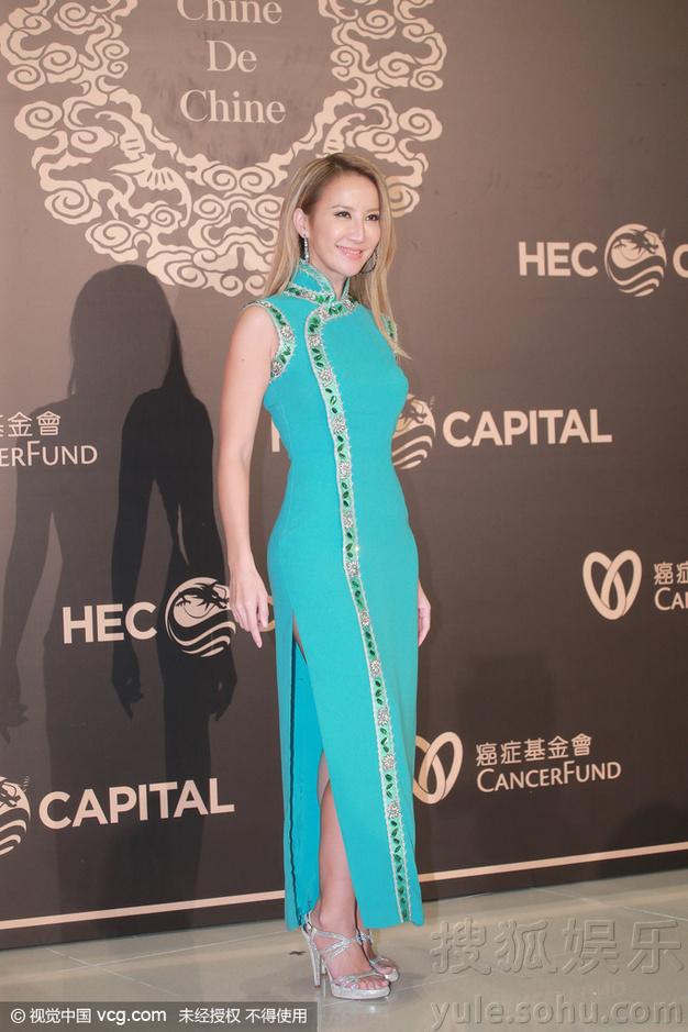 李玟穿中國風旗袍出席慈善舞會 緊黏富豪洋老公