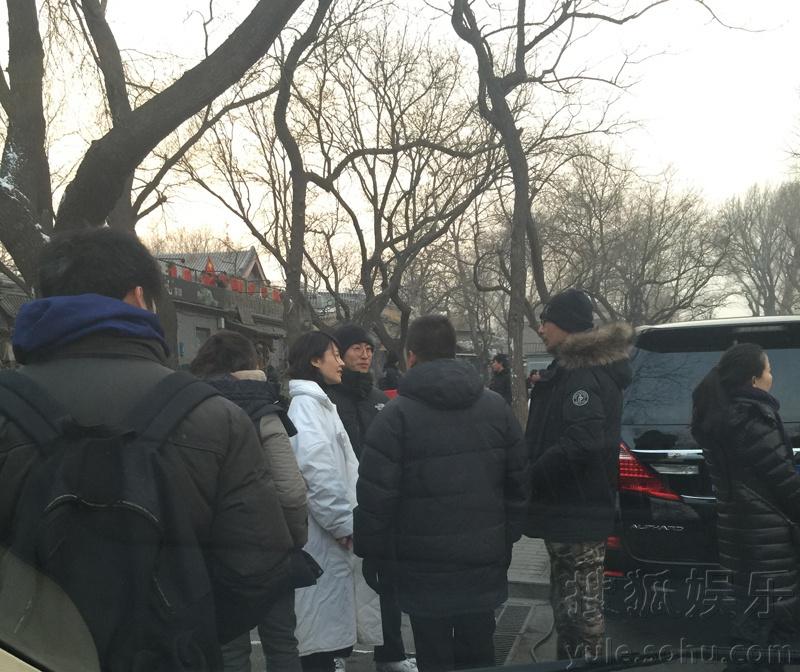 网友上街路遇许晴 白衣惹眼与管虎街头热聊
