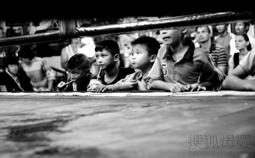 德摄影师记录搏击场上的泰拳儿童