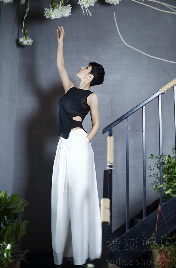黄曼最新时尚大片曝光 优雅性感知性迷人 娱乐