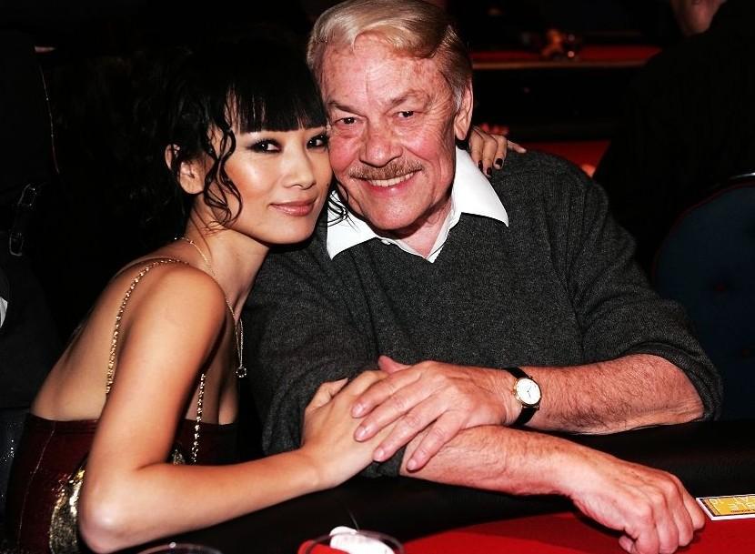 玉赤兔最新恋老相册-湖人老板杰里 巴斯去世享年80岁 一夜情达上百次 图片