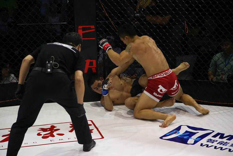 高清图:美女互搏+猛男抱摔 悍将握拳庆祝胜利