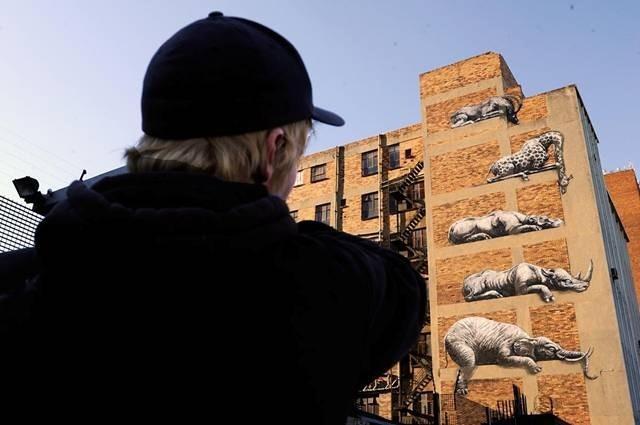 大楼外墙突现非洲动物