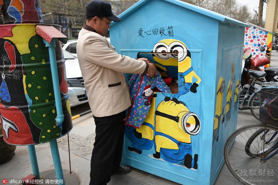 """街头现惊炫彩卡通""""小木屋"""" 竟是免费衣柜"""