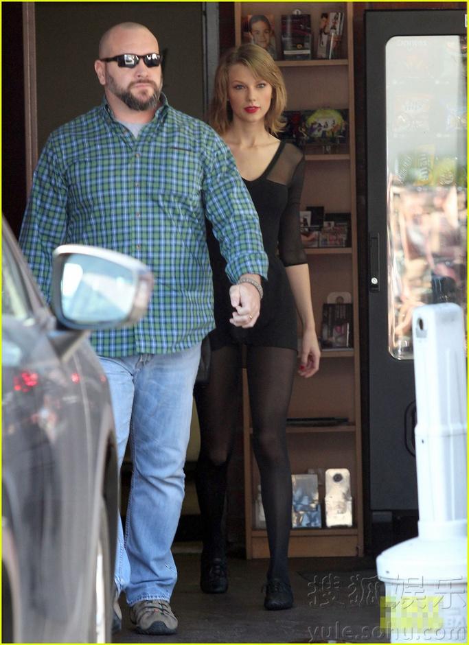 斯威夫特穿性感透视装上街超短裙秀玉腿6224