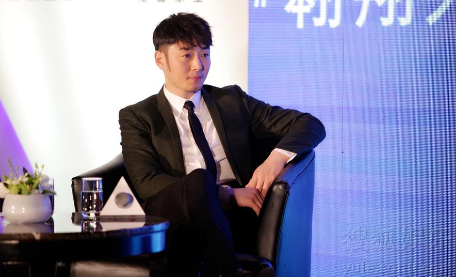 李东学出席活动展绅士魅力 长腿暖男乐当飞人