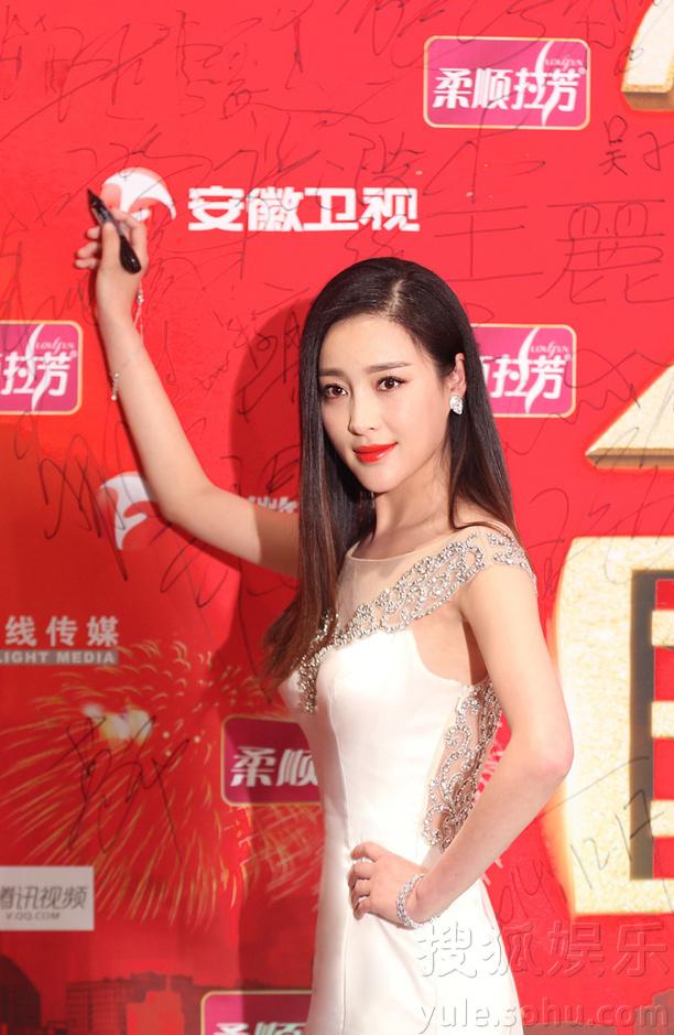 吴奇隆甘婷婷出席国剧盛典 时隔四年同台颁奖