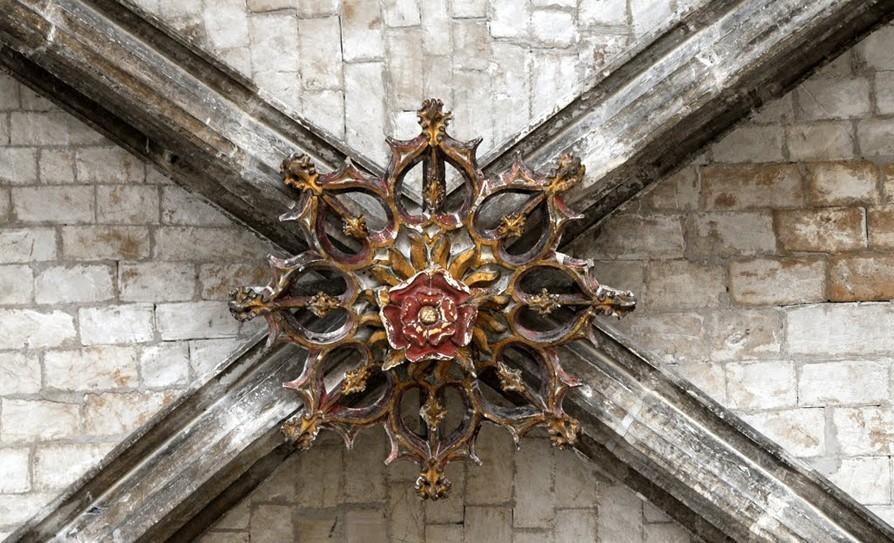 方形或矩形平面四角的柱子上做双圆心骨架尖券,四边和对角线上各一道