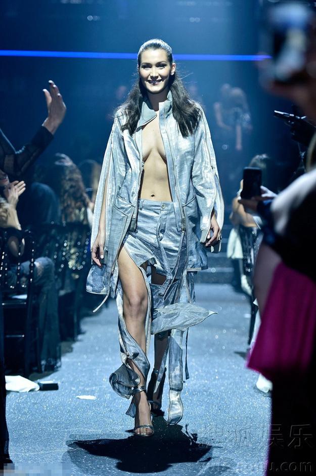 19岁超模披外套里面没穿 胸前八字奶荡漾(组图)