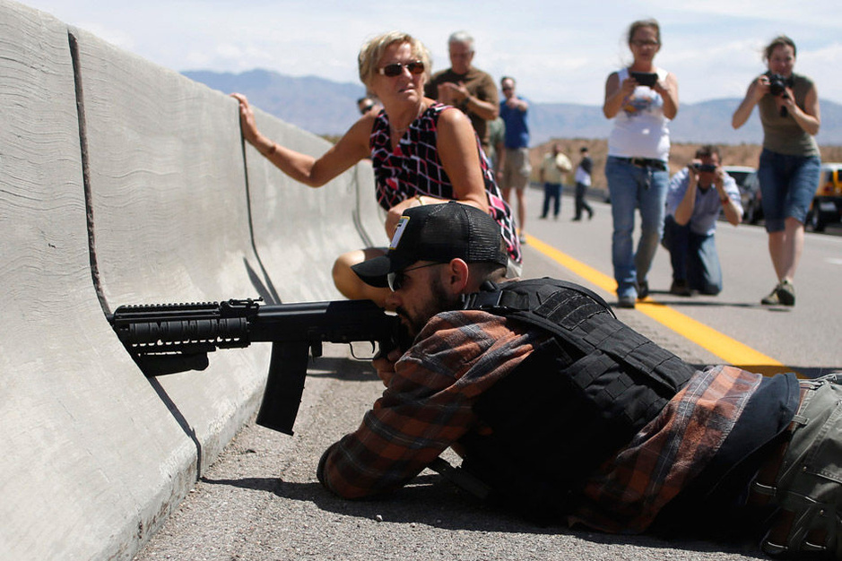 美国数百民兵持枪逼退政府武警6471771-新闻