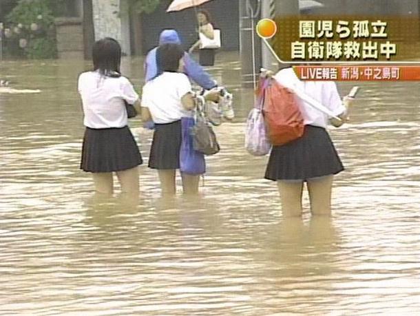 日本人老盯着女生内裤看在左边男生女生站图片