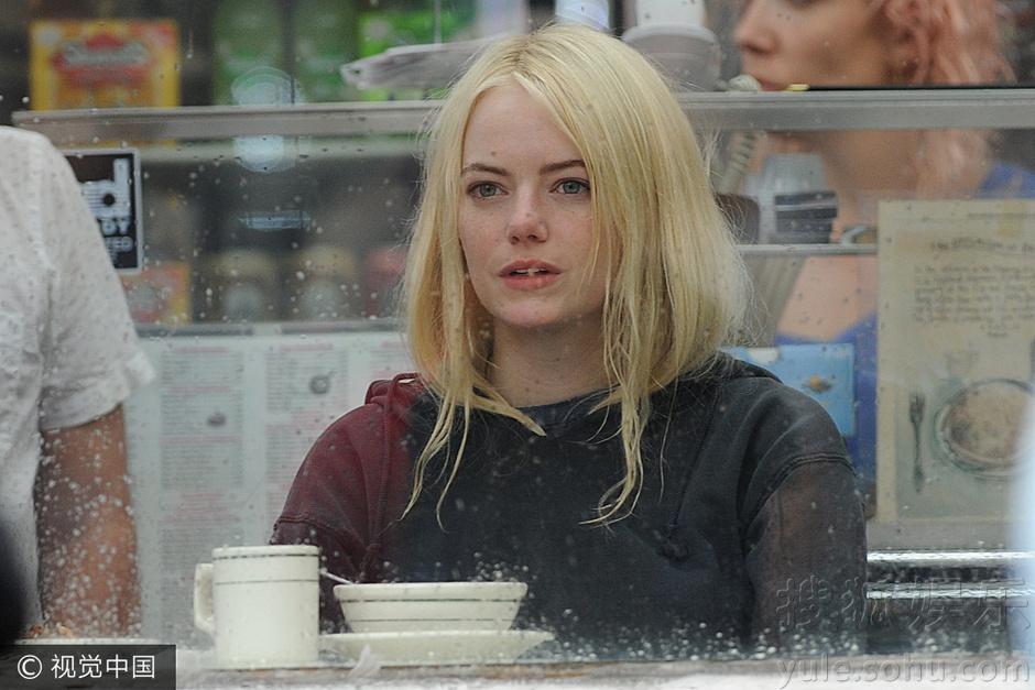 搜狐娱乐讯(视觉中国/图文)近日,久违露面的石头姐艾玛-斯通(Emma Stone)现身参与电视节目录制。摘得奥斯卡最佳女主角小金人的她终于露面,一头金发十分惹眼,坐在店铺中吃饭化身表情包,眼神里都是戏。