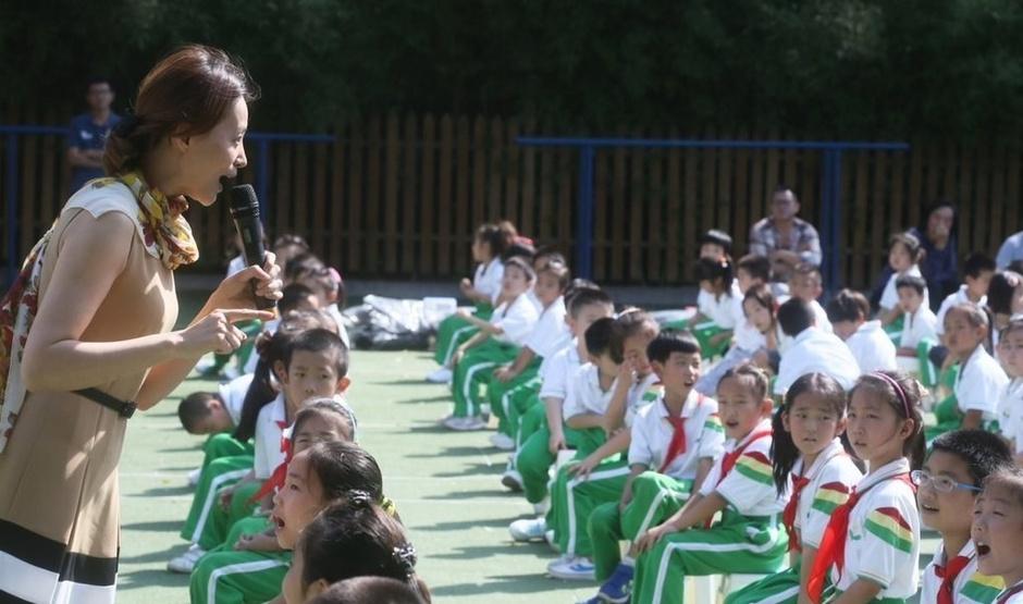 下册主持人董卿周涛与小学生过教师节央视小学生年级六图片