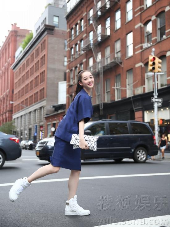 蒋梦婕现身纽约街头 街拍写真尽显秋日时尚