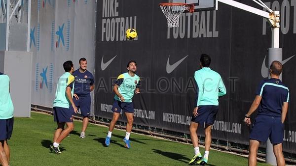 梅西用足球绝技玩转篮球 头球接力顶入篮筐(图)